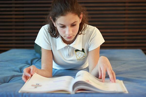 Aluna lendo