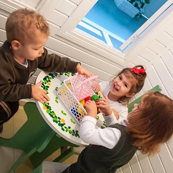kids-crianca-casa-brincando